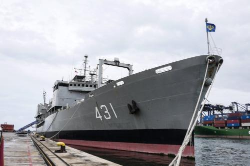 Navio Kharg da Marinha do Irã no porto de Tanjung Priok em Jacarta, Indonésia, em 27 de fevereiro de 2020. [Anton Raharjo/Agência Anadolu]