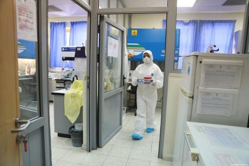 Testes de covid-19 são realizados no Laboratório Central do Ministério da Saúde da Autoridade Palestina, em Ramallah, Cisjordânia ocupada, 16 de março de 2020 [Issam Rimawi/Agência Anadolu]
