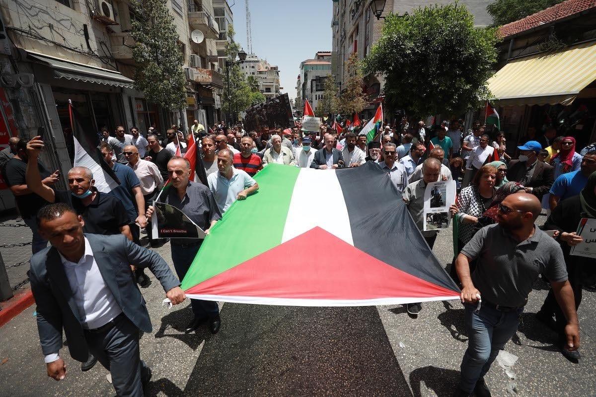 Palestinos protestam contra os assentamentos ilegais e os planos de anexação israelense do Vale do Jordão, na praça de Al-Manara, em Ramallah, Cisjordânia ocupada, 8 de junho de 2020 [Issam Rimawi/Agência Anadolu]