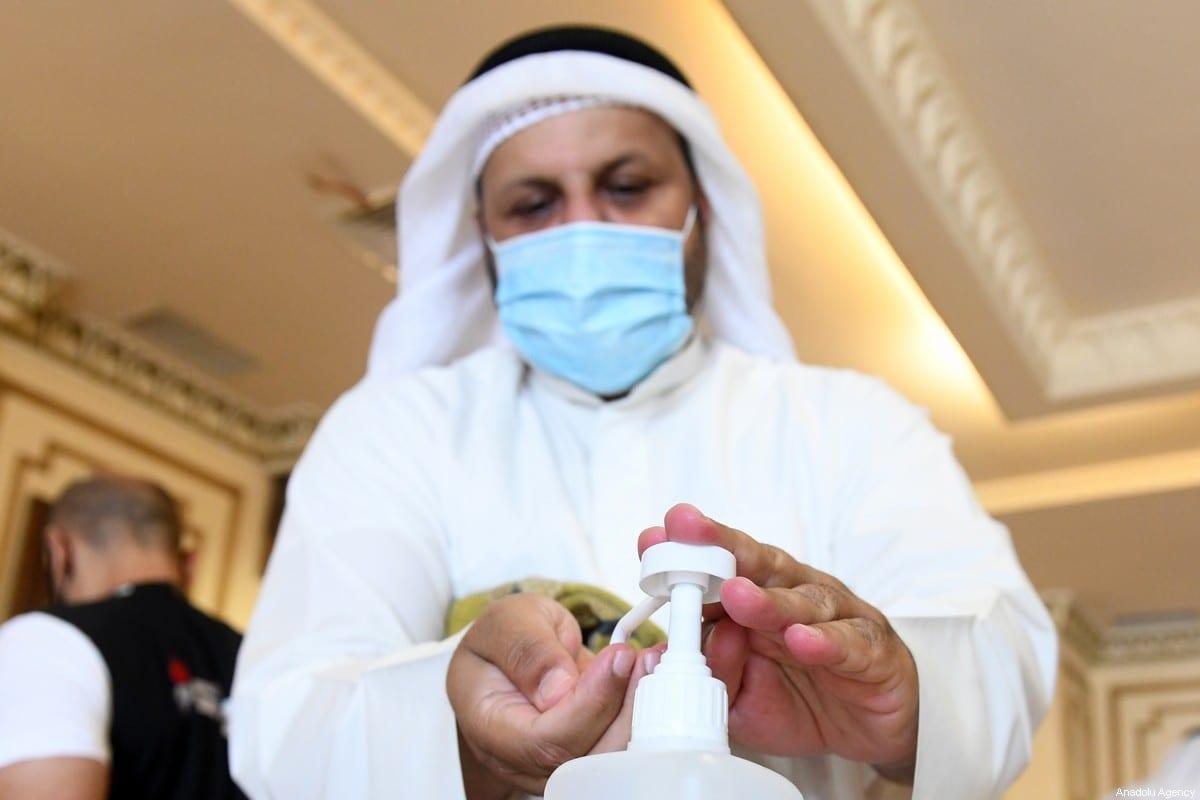 """A Organização Mundial de Saúde (OMS) emitiu um alerta vermelho sobre a propagação do coronavírus na região do Oriente Médio e Norte da África. """"Estamos em um ponto crítico em nossa região"""", afirmou Ahmed Al-Mandhari, chefe da OMS no Oriente Médio, a coletiva de imprensa realizada online ontem (1°). O comentário de Al Mandhari ocorre após 22 países, do Marrocos ao Paquistão, ultrapassarem a marca de um milhão de infecções, com um total de 1.077.706 casos registrados de covid-19 e 24.973 mortes, segundo estimativas da agência global de saúde. O oficial da OMS destacou que o recorde de casos representa um """"marco preocupante"""" e exortou os países a fortalecer seus sistemas de saúde. """"O número de casos registrado apenas em junho é mais alto que o total de casos durante os quatro primeiros meses após o primeiro paciente confirmado, em 29 de janeiro"""", enfatizou. O aumento dramático em novos casos foi atribuído à suspensão, em geral, do lockdown e medidas de restrição, além do aumento nas testagens. Cinco países contabilizam 80% de todas as mortes na região: Egito, Irã, Iraque, Paquistão e Arábia Saudita. Com 162 novas mortes registradas na segunda-feira (29), o Irã (um dos países mais atingidos) confirmou a mais alta taxa de mortalidade em um único dia, desde o início da pandemia. São agora 230.211 casos e 10.958 mortes no país. Em junho, o Fundo Monetário Internacional (FMI) emitiu uma previsão sinistra para os países do Oriente Médio e Norte da África. A entidade alertou que as economias dos países membros do Conselho de Cooperação do Golfo (CCG), por exemplo, deverão diminuir em 7.6% após o surto de coronavírus. Mundialmente, a pandemia matou mais de 516.800 pessoas, com mais de 10.7 milhões casos. Aproximadamente 5.5 milhões se recuperaram da doença, segundo estimativas publicadas pela Universidade John Hopkins, referência em medicina nos Estados Unidos."""