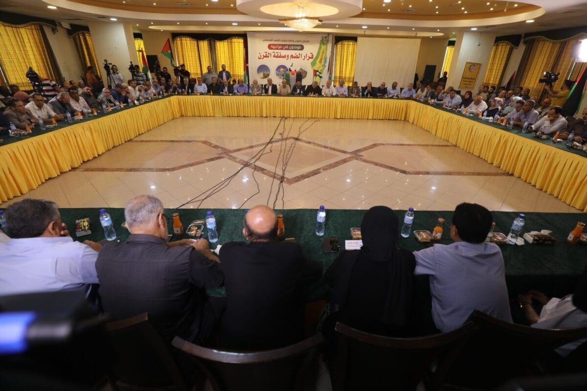 """As forças e partidos nacionais e islâmicas em Gaza, incluindo o Hamas e o Fatah, chegam a um acordo sobre um plano de ação nacional unificado para enfrentar o """"acordo do século"""" dos EUA e os planos de anexação de Israel em 28 de junho de 2020 [Mohammad Asad/ Oriente Médio]"""
