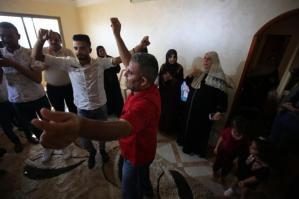 Estudantes e famílias celebram seu sucesso nos exames de ensino médio, em Gaza, 11 de julho de 2020 [Mohammed Asad/Agência Anadolu]