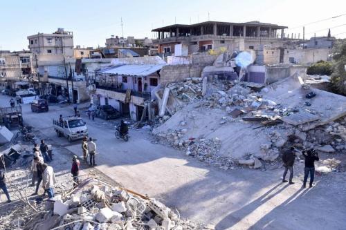 Civis inspecionam prédios danificados por um suposto bombardeio aéreo israelense sobre a aldeia de Beit Saber, sudoeste de Damasco, capital da Síria, 20 de novembro de 2019 [SANA/AFP/Getty Images]