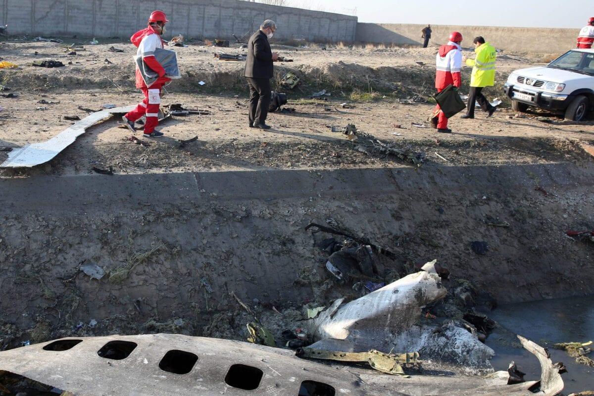 Equipes de resgate recolhem detritos de um campo depois que um avião ucraniano com 176 passageiros caiu perto do aeroporto Imam Khomeini, na capital iraniana Teerã, no início da manhã de 8 de janeiro de 2020, matando todos a bordo [AFP via Getty Images]