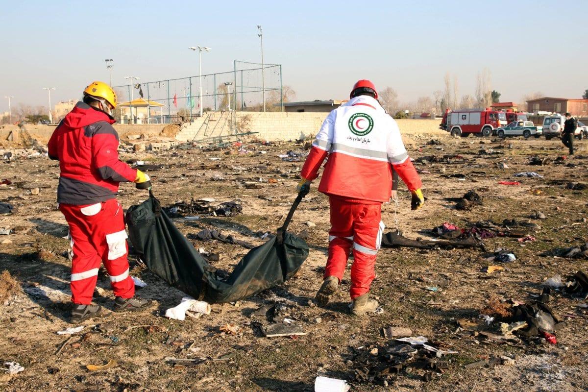 Autoridades inspecionam peças de um avião Boeing 737 pertencente à Ukrainian International Airlines depois que ele caiu no Irã, em 10 de janeiro de 2020 [AFP / Getty Images]