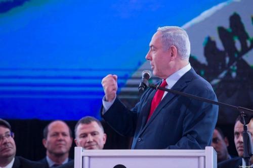 Primeiro-Ministro de Israel Benjamin Netanyahu discursa durante encontro de seu partido Likud, na cidade de Lod, Israel, 1° de março de 2020 [Amir Levy/Getty Images]