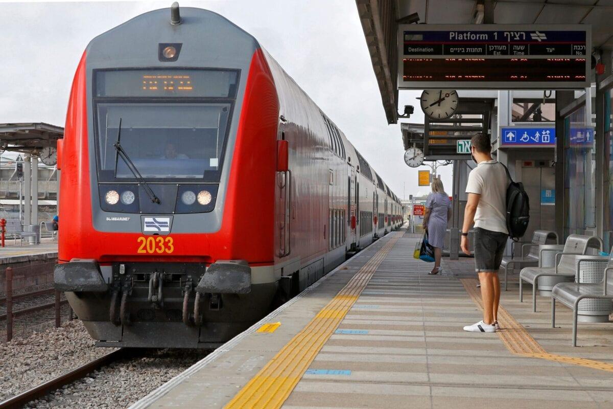 Passageiros preparam-se para embarcar em um trem, diante da reabertura dos serviços de transporte, após três meses de fechamento, devido ao coronavírus, na cidade costeira de Netanya, 22 de junho de 2020 [Guez/AFP/Getty Images]