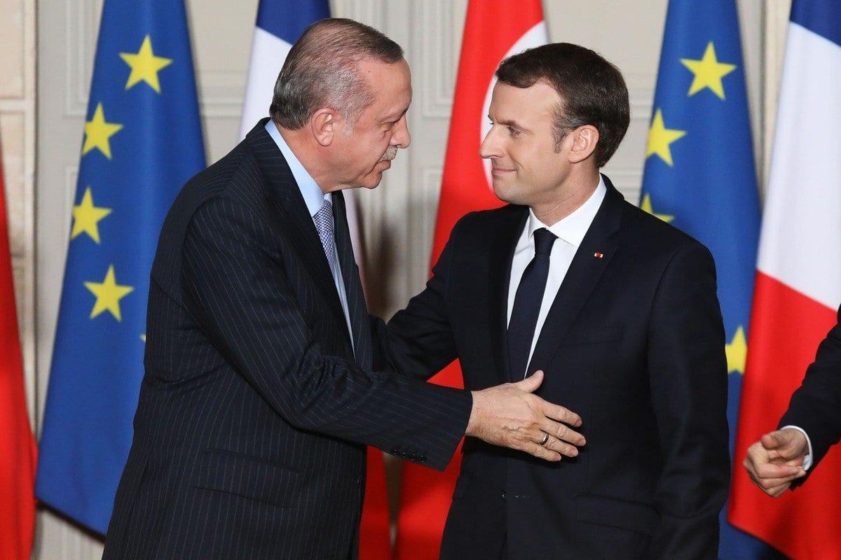 O presidente francês Emmanuel Macron, e o presidente turcom Recep Tayyip Erdogan, se cumprimentam durante uma coletiva de imprensa conjunta em Paris, França, em 5 de janeiro de 2018 [Ludovic Marin/ AFP/ Getty Images]