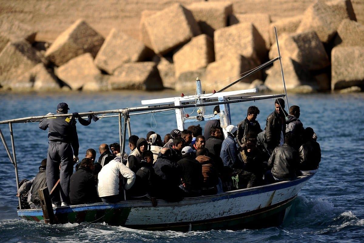 Refugiados da Tunísia chegam a uma ilha italiana, em 10 de abril de 2017 [Filippo Monteforte/AFP/Getty Images]