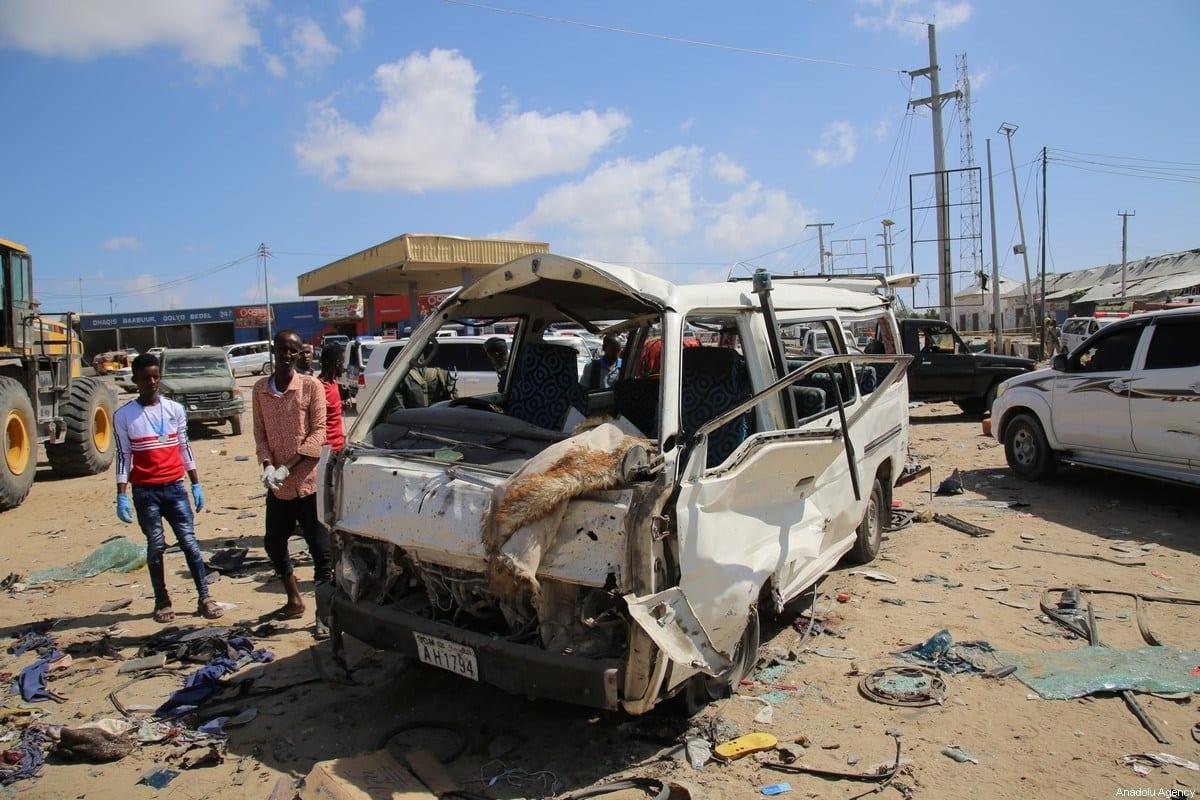 Veículos danificados após atentado a bomba, em Mogadishu, capital da Somália, 28 de dezembro de 2019 [Sadak Mohamed/Agência Anadolu]