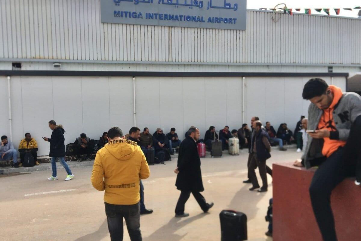Pessoas aguardam em frente ao Aeroporto Internacional de Mitiga, após voos serem suspensos por ataques de milícias leais ao general renegado Khalifa Haftar, na capital Trípoli, Líbia, 27 de fevereiro de 2020 [Hazem Turkia/Agência Anadolu]