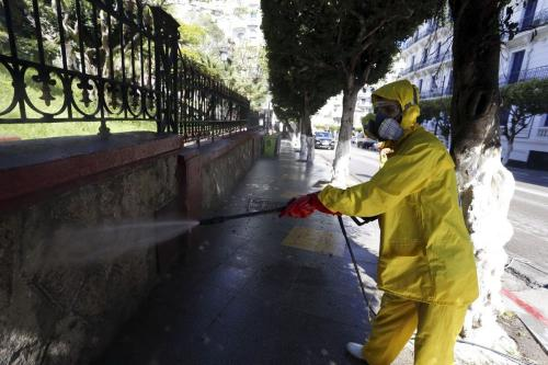 Oficiais executam operações de desinfecção como parte das medidas de prevenção contra o coronavírus, em Argel, capital da Argélia, 4 de abril de 2020 [Farouk Batiche/Agência Anadolu]