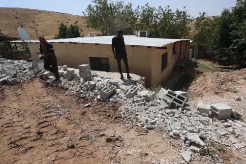 Palestinos vasculham escombros de uma casa demolida sob alegação de falta de licença para a construção na aldeia Furush Beit Dajan em Nablus, Cisjordânia, em 27 de maio de 2020. [Nedal Eshtayah - Agência Anadolu]