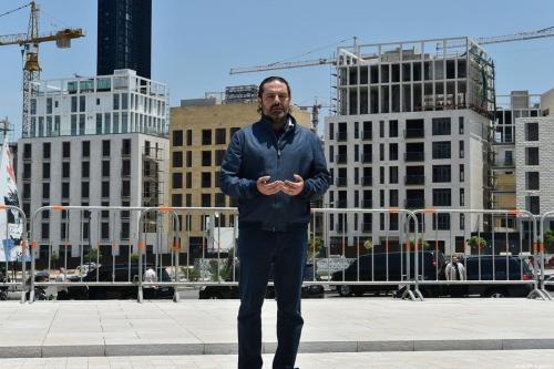 Ex-Primeiro-Ministro do Líbano Saad Hariri visita o túmulo de seu pai, Rafic Hariri, após inspecionar ruas que vivenciaram protestos contra as severas condições econômicas e colapso da moeda libanesa, em Beirute, capital do Líbano, 13 de junho de 2020 [Hussam Shbaro/Agência Anadolu]