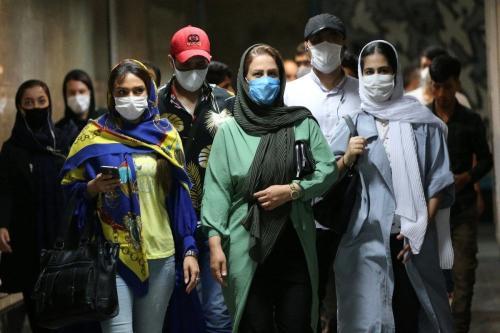 Iranianos usam máscaras no metrô, diante da pandemia de coronavírus (covid-19), em Teerã, capital do Irã, 15 de junho de 2020 [Fatemeh Bahrami/Agência Anadolu]