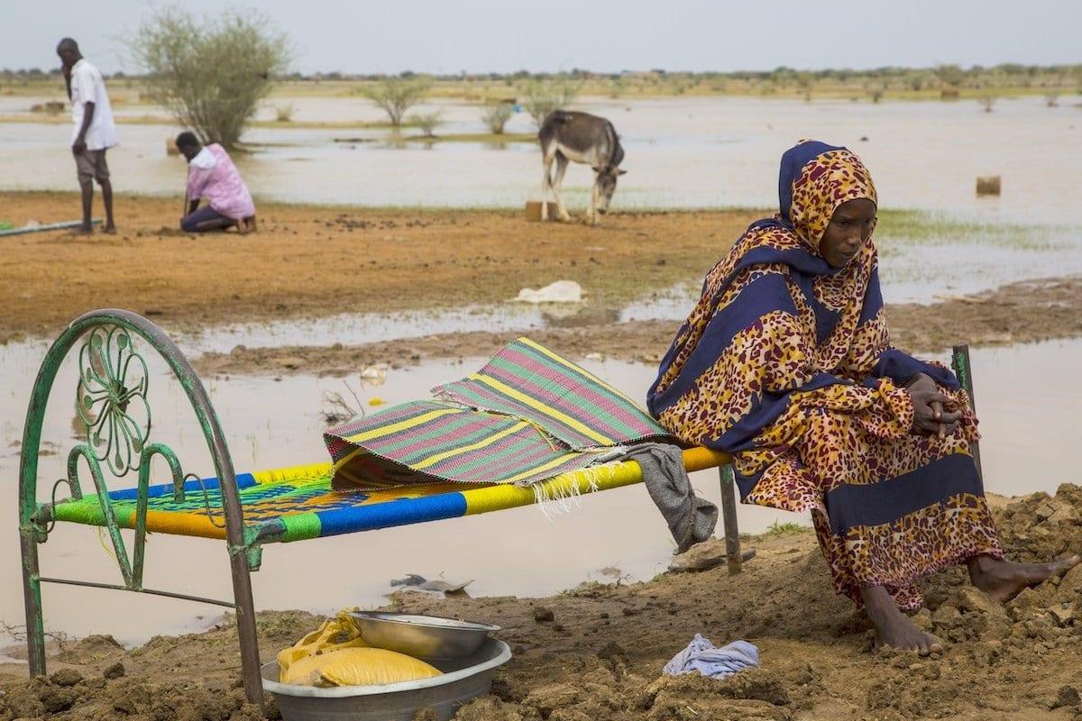 Mulher em área alagada após as enchentes provocadas pelas fortes chuvas em Cartum, Sudão, em 3 de agosto de 2020 [Mahmoud Hjaj/ Agência Anadolu]
