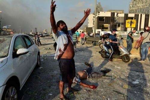Pessoas feridas perto do local da explosão, causada por um incêndio em um depósito no porto de Beirute, Líbano, 5 de agosto de 2020 [Houssam Shbaro/Agência Anadolu]