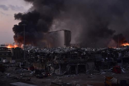 A fumaça sobe após o incêndio com explosivos em um armazém no Porto de Beirute, gerando grandes explosões na capital do Líbano, em 4 de agosto de 2020 [Houssam Shbaro - Agência Anadolu]