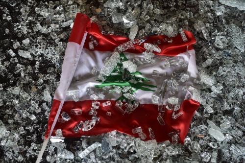 Bandeira libanesa dentre os escombros após a explosão em Beirute, capital do Líbano, 5 de agosto de 2020 [Houssam Shbaro/Agência Anadolu]