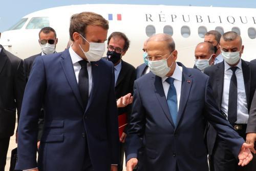 Presidente francês Emmanuel Macron (esq.) é recebido pelo presidente libanês Michel Aoun em Beirute, Líbano em 06 de agosto de 2020 [Presidência Libanesa / Agência Anadolu]