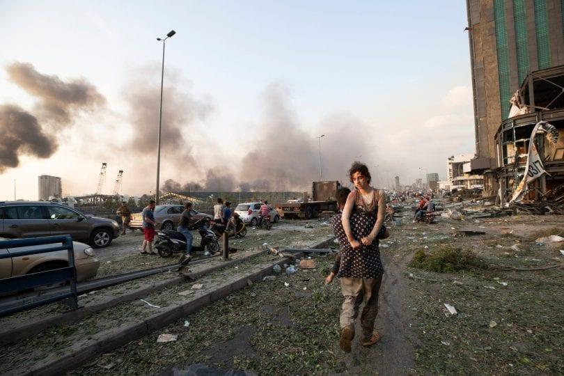Pessoas atordoadas, feridas, aos prantos caminhavam pelas ruas em busca de parentes, em Beirute, capital do Líbano, 4 de agosto de 2020 [Twitter]