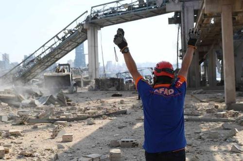 Trabalhadores da Autoridade de Gerenciamento de Desastres e Emergência da Turquia (AFAD), auxiliam no início das operações de reconstrução do porto de Beirute, destruído por uma enorme explosão na última semana, em 6 de agosto de 2020 [AFAD/Twitter]