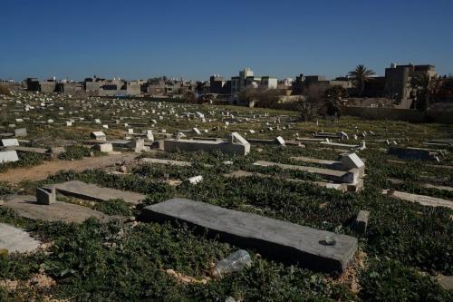 Túmulos sem nome onde se sabe que migrantes sem documentos foram enterrados, em 11 de fevereiro de 2019 no cemitério público de Trípoli [ Giles Clarke / UNOCHA via Getty Images]