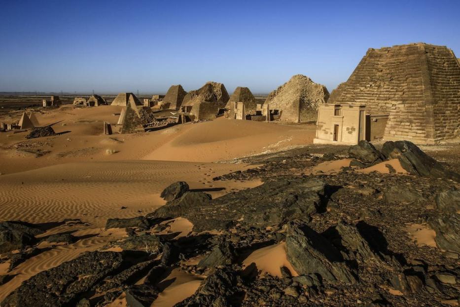 Visão parcial das Pirâmides de Meroe, que abrigam câmaras funerárias de reis e rainhas cuxitas, cuja dinastia prevaleceu por cinco séculos, de 592 a.C. a 350 d.C, perto das margens do Rio Nilo, em área conhecida como Núbia, no nordeste do Sudão [Ashraf Shazly/AFP/Getty Images]