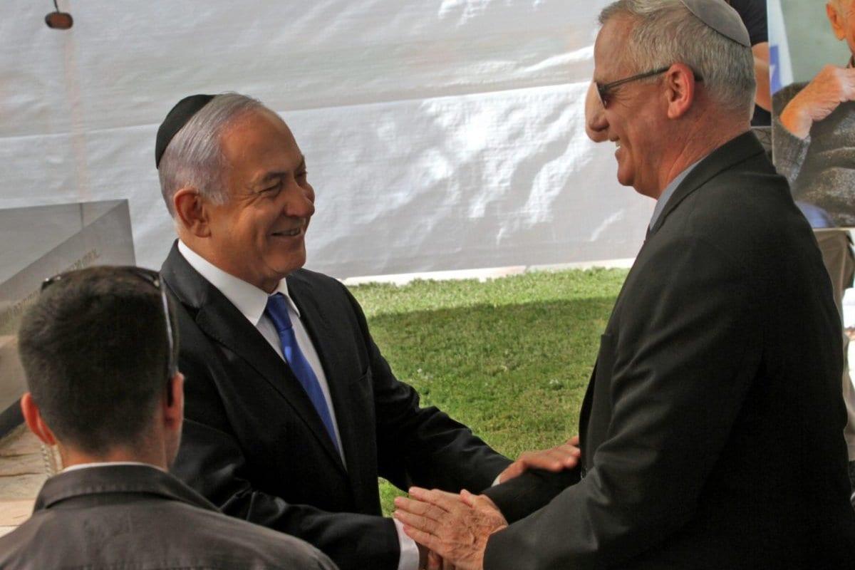 Primeiro-Ministro de Israel Benjamin Netanyahu cumprimenta Benny Gantz, líder do partido Azul e Branco (Kahol Lavan), em cerimônia realizada em homenagem ao falecido presidente israelense Shimon Peres, no monte Herzl, em Jerusalém, 19 de setembro de 2019 [Gil Cohen-Magen/AFP/Getty Images]