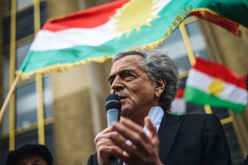 O filósofo francês Bernard-Henri Levy se dirige às pessoas reunidas na praça dos Direitos Humanos em Paris em 12 de outubro de 2019 durante uma manifestação para apoiar militantes curdos [LUCAS BARIOULET / AFP via Getty Images]