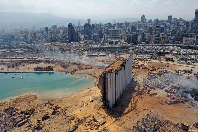 Vista aérea mostra o enorme dano aos silos de grãos e arredores, no porto de Beirute, em 5 de agosto de 2020 [AFP/Getty Images]