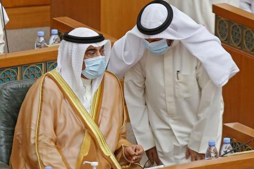 Primeiro-Ministro do Kwait Sabah al-Khaled al Sabah (à esquerda) conversa com o Ministro das Finanças Barak al-Sheetan, durante sessão parlamentar na Cidade do Kuwait, 12 de agosto de 2020 [Yasser al-Zayyat/AFP/Getty Images]