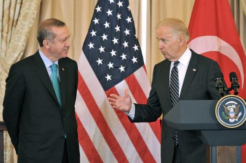O então vice-presidente dos EUA, Joe Biden (D), fala ao primeiro-ministro turco Recep Tayyip Erdogan, antes de um almoço oferecido pelo Secretário de Estado dos EUA, John Kerry, no Departamento de Estado em Washington, capital, 16 de maio de 2013 [LADEN ANTONOV / AFP via Getty Images]