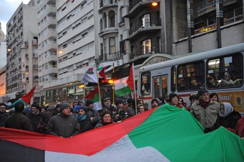 Manifestantes pró-palestinos marcham ao longo da avenida principal de Montevidéu em 12 de agosto de 2014. [Miguel Rojo/ AFP via Getty Images]