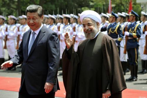Presidente do Irã Hassan Rouhani e Presidente da China Xi Jinping participam de cerimônia de boas vindas em Xangai, China, 22 de maio de 2014 [Kenzaburo Fukuhara/AFP/Getty Images]