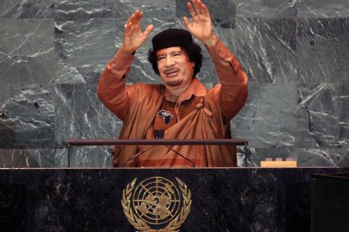 Muammar Gaddafi, da Líbia, acenando antes de fazer um discurso na Assembleia Geral das Nações Unidas na sede da ONU em 23 de setembro de 2009 na cidade de Nova York. [Mario Tama/ Getty Images]