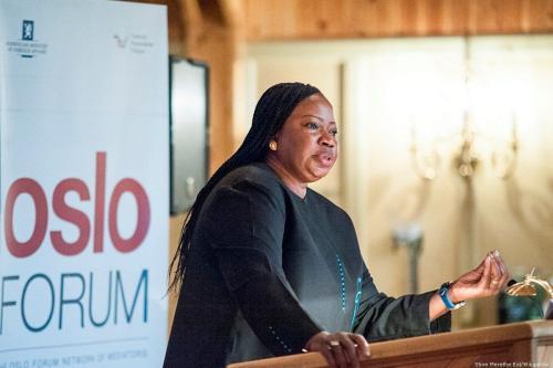 Procuradora do Tribunal Penal Internacional (TPI), Fatou Bensouda, falando no Fórum de Oslo em 17 de junho de 2015 [Stine Merethe Eid / Wikipedia]