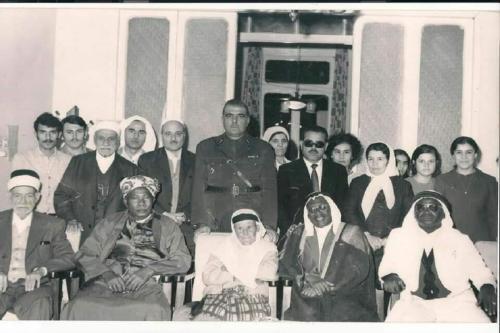 Foto histórica da família, Sr. Ahmad Bakri [no meio em pé, com farda militar] entre líderes religisos como o Sheikh AlHadi Al-Yashruti, da irmandade religiosa sufi, familiares e amigos [Arquivo Pessoal]