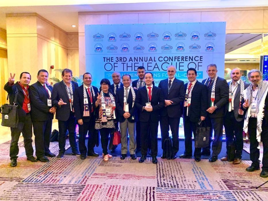 Julia Perié entre parlamentares reunidos em Kuala Lumpur, Malásia, em fevereiro de 2020 [Arquivo pessoal]