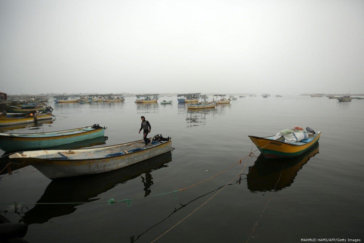 Um pescador palestino em seu barco na cidade de Gaza em 26 de fevereiro de 2017 [Mahmud Hams/AFP / Getty Images]