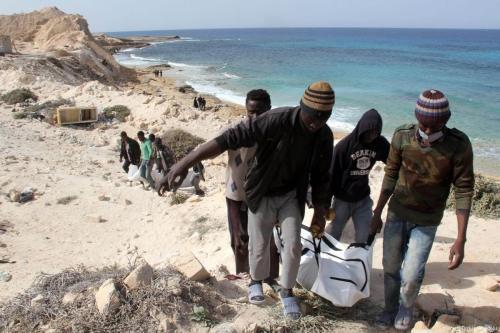 Corpos de refugiados afogados são encontrados na costa de Zawiya, Líbia, 22 de fevereiro de 2017 [Hazem Turkia/Agência Anadolu]