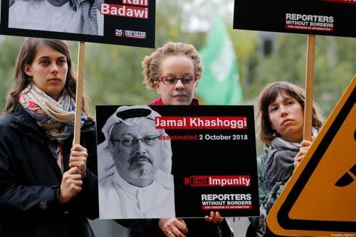 Membros da organização Repórteres Sem Fronteiras fazem protesto exigindo justiça para o jornalista saudita Jamal Khashoggi assassinado em frente à Embaixada da Arábia Saudita em Berlim, Alemanha, em 1º de outubro de 2019. Khashoggi foi morto em 2 de outubro de 2018, no Consulado Saudita em Istambul. [Abdülhamid Hoşbaş - Agência Anadolu]