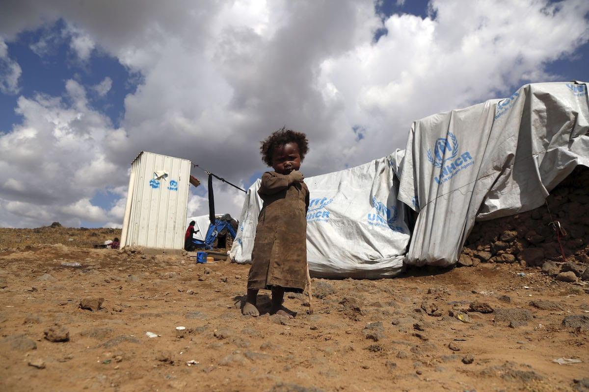Um menino é visto em campo de refugiados, Sanaa, Iêmen, 24 de novembro de 2019 [Agência Mohammed Hamoud / Anadolu].