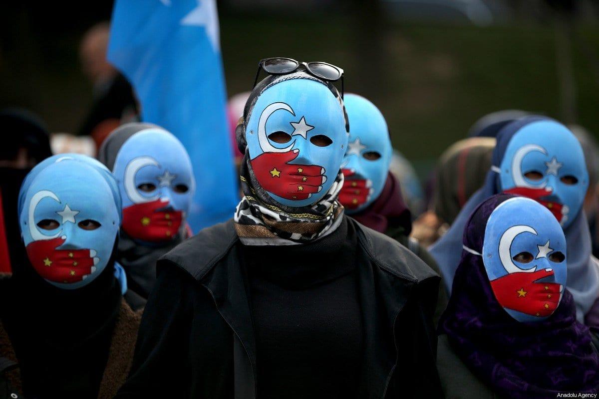 Pessoas se reúnem para fazer uma manifestação em apoio aos uigures em Bursa, Turquia, 20 de dezembro de 2019 [Ali Atmaca / Agência Anadolu]