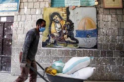 Ajuda alimentar enviada pelo Programa Alimentar Mundial (PMA) está sendo distribuída para pessoas necessitadas em Sanaa, capital do Iêmen, em 3 de junho de 2020 [Agência Mohammed Hamoud / Anadolu]
