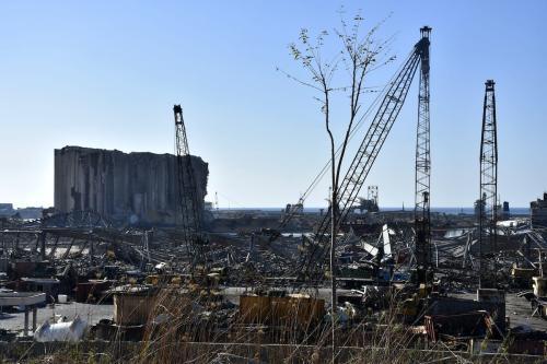 Edifícios danificados e remoção de escombros em curso no porto de Beirute, Líbano, 17 de agosto de 2020 [Mahmut Geldi/Agência Anadolu]