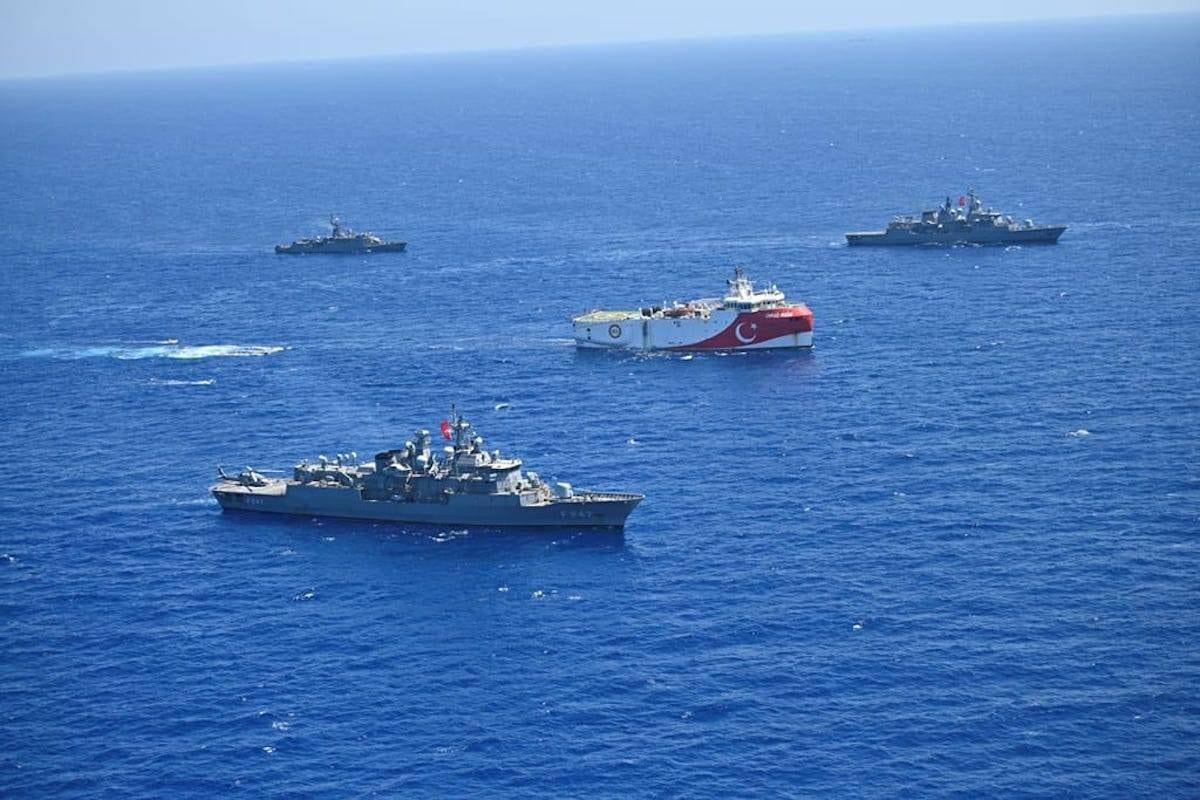 Navio sísmico Oruc Reis, da Turquia, escoltado pela marinha turca, no Mediterrâneo Oriental, dia 20 Agosto de 2020. [Ministério da Defesa Nacional da Turquia - Agência Anadolu]