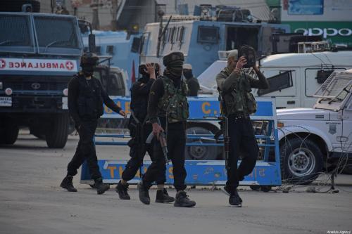 Soldados indianos caminham perto do local de tiroteio na área de Pantha Chowk em Srinagar, Caxemira, em 30 de agosto de 2020 [Faisal Khan - Agência Anadolu]