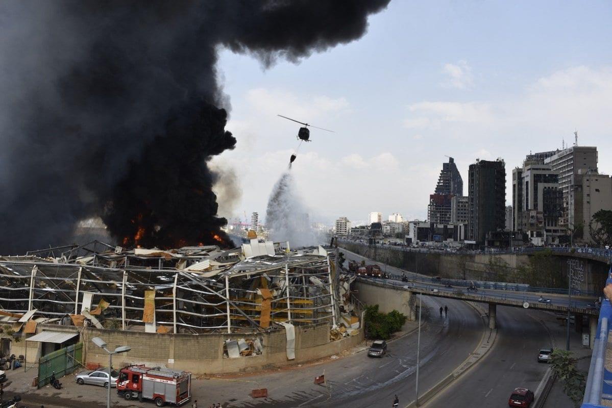 Helicóptero despeja água sobre o incêndio iniciado em um dos armazéns do Porto de Beirute, no Líbano, em 10 de setembro de 2020. [Mahmut Geldi - Agência Anadolu]