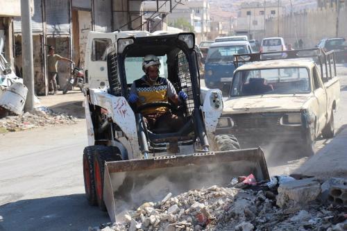 Membros da Defesa Civil da Síria (Capacetes Brancos) executam trabalhos de limpeza das ruas, após ataques executados por forças do regime de Bashar al-Assad,em Idlib, Síria, 24 de setembro de 2020 [Capacetes Brancos/Agência Anadolu]
